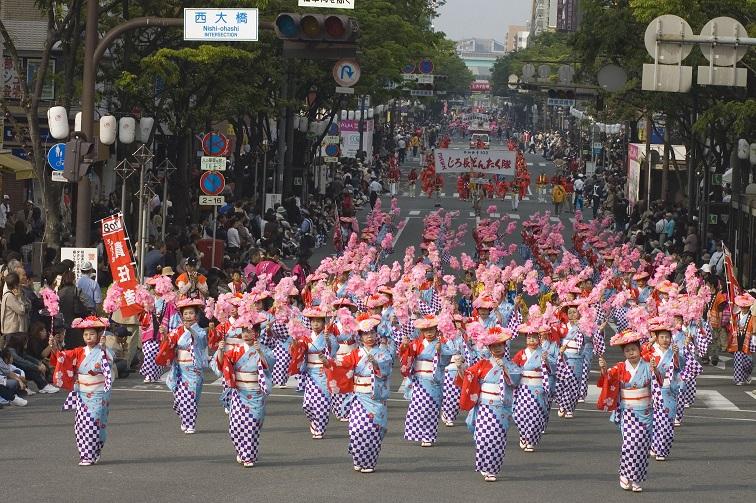 明治通りで行われる華やかなパレード