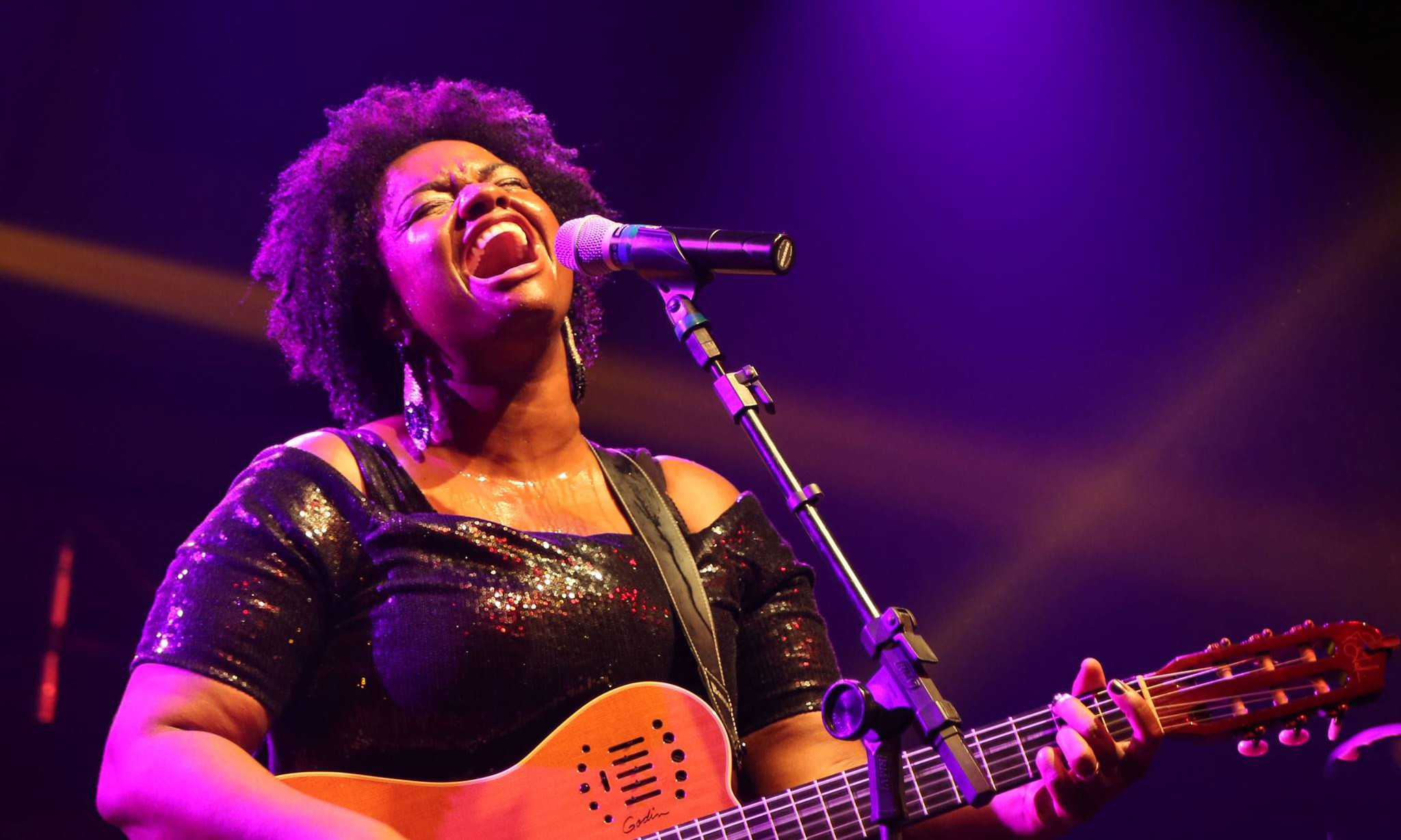 FFJ 「ブラジルの癒しの歌声」と呼ばれるエレン・オレリア