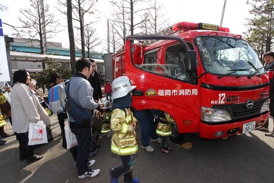 消防車に乗る子供たちずらりと並ぶ魅力的なクルマ