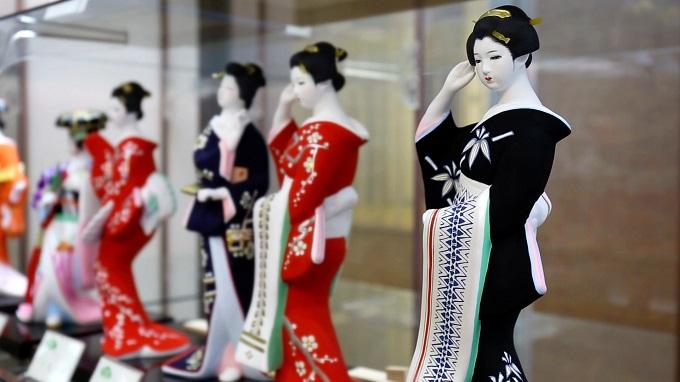 美しい女性の博多人形
