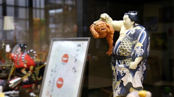 勇ましい力士の博多人形