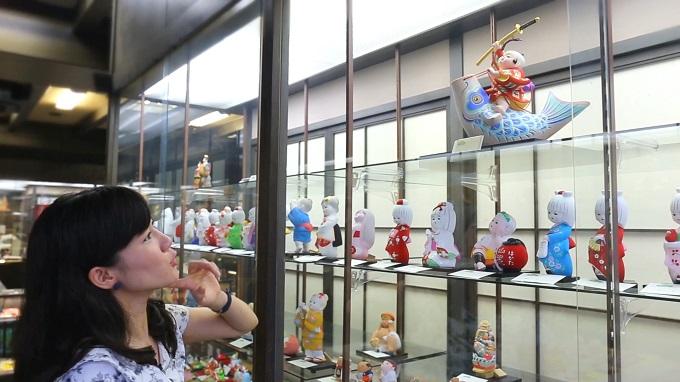 博多人形を眺めるヒヤ