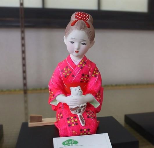 猫を抱いた、赤い着物の女の子の博多人形